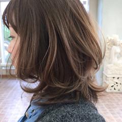 ミディアム レイヤーカット 大人かわいい ゆるふわ ヘアスタイルや髪型の写真・画像
