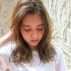 レイヤーカット セミロング ウェーブ かき上げ前髪 ヘアスタイルや髪型の写真・画像