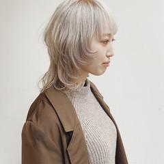 ホワイトグレージュ ホワイトベージュ ホワイトブリーチ ミディアム ヘアスタイルや髪型の写真・画像