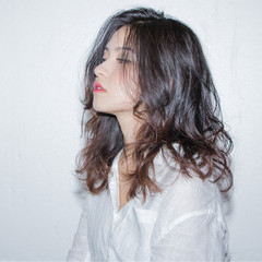 パーマ ニュアンス リラックス ミディアム ヘアスタイルや髪型の写真・画像