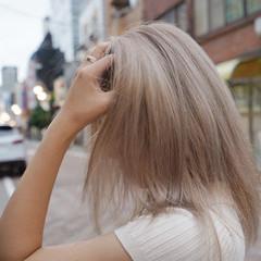 プラチナブロンド ブロンドカラー ミディアム ミルクティーグレージュ ヘアスタイルや髪型の写真・画像