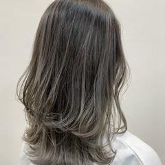 モード ミディアム バレイヤージュ グレージュ ヘアスタイルや髪型の写真・画像