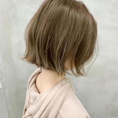 ベージュ 切りっぱなしボブ ナチュラル ミニボブ ヘアスタイルや髪型の写真・画像