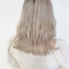 ホワイトシルバー ブリーチ必須 セミロング ブリーチカラー ヘアスタイルや髪型の写真・画像
