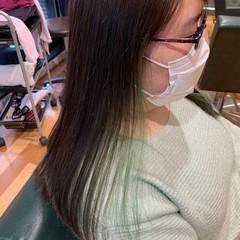 セミロング ブリーチカラー インナーカラー インナーグリーン ヘアスタイルや髪型の写真・画像