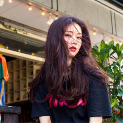 ピンク レッド くせ毛風 センター分け ヘアスタイルや髪型の写真・画像