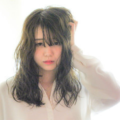 リラックス アンニュイ フェミニン 大人女子 ヘアスタイルや髪型の写真・画像