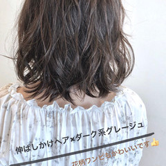 ウェーブ ミディアム 暗髪 フェミニン ヘアスタイルや髪型の写真・画像