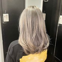 ミディアムレイヤー ミディアム バレイヤージュ アンニュイ ヘアスタイルや髪型の写真・画像