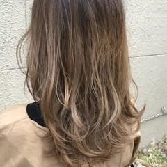 フェミニン ハイライト ブリーチ アッシュグレージュ ヘアスタイルや髪型の写真・画像