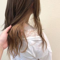 ロング フェミニン ブリーチカラー ミルクティーベージュ ヘアスタイルや髪型の写真・画像