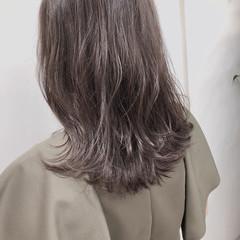 フェミニン シルバーアッシュ ミディアム グレージュ ヘアスタイルや髪型の写真・画像
