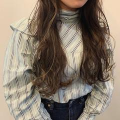 インナーカラー グレーアッシュ フェミニン ハイライト ヘアスタイルや髪型の写真・画像