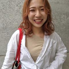 波巻き アプリコットオレンジ ミディアム オレンジカラー ヘアスタイルや髪型の写真・画像