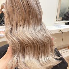 セミロング ホワイトカラー ミルクティーベージュ ダブルカラー ヘアスタイルや髪型の写真・画像