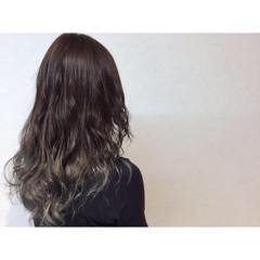 カール ナチュラル ロング アッシュ ヘアスタイルや髪型の写真・画像