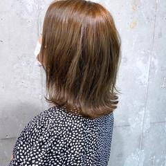 ハイトーンカラー くせ毛 切りっぱなしボブ フェミニン ヘアスタイルや髪型の写真・画像