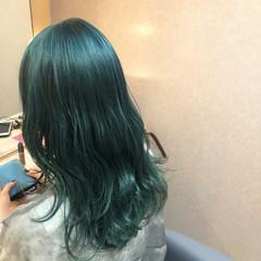 エメラルドグリーンカラー インナーグリーン グリーン ウルフカット ヘアスタイルや髪型の写真・画像
