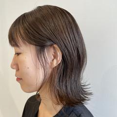 インナーカラー アッシュベージュ ミディアムレイヤー フェミニン ヘアスタイルや髪型の写真・画像