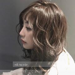 ミルクティーグレージュ 大人かわいい ナチュラル セミロング ヘアスタイルや髪型の写真・画像