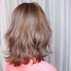 シアーベージュ ミディアム ブリーチ グレージュ ヘアスタイルや髪型の写真・画像
