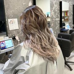 ホワイトベージュ ロング ナチュラル バレイヤージュ ヘアスタイルや髪型の写真・画像