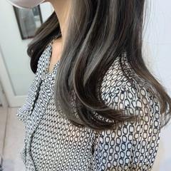 アッシュグレー グレー セミロング インナーカラー ヘアスタイルや髪型の写真・画像