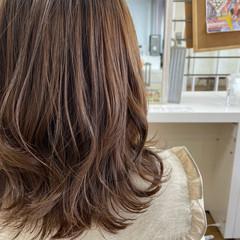 セミロング レイヤーカット オリーブカラー ミント ヘアスタイルや髪型の写真・画像