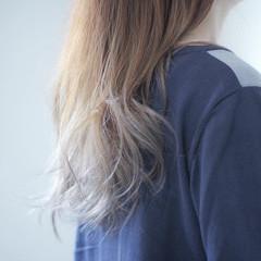 ミルクティーグレージュ グラデーション ロング シルバーアッシュ ヘアスタイルや髪型の写真・画像