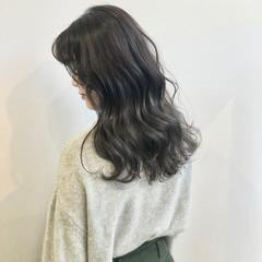 巻き髪 セミロング シルバー デザインカラー ヘアスタイルや髪型の写真・画像