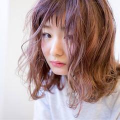 ミディアム ダブルカラー ウェットヘア ベージュ ヘアスタイルや髪型の写真・画像