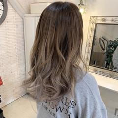 フェミニン バレイヤージュ アッシュグレージュ グラデーション ヘアスタイルや髪型の写真・画像