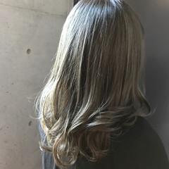 ミディアム ハイライト ナチュラル アッシュ ヘアスタイルや髪型の写真・画像