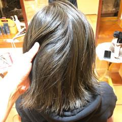 グレージュ セミロング 秋冬スタイル オリーブアッシュ ヘアスタイルや髪型の写真・画像