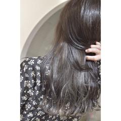シルバーグレージュ モード インナーカラーシルバー セミロング ヘアスタイルや髪型の写真・画像