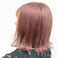 ピンクベージュ 切りっぱなしボブ フェミニン ピンク ヘアスタイルや髪型の写真・画像