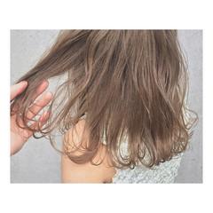 ミルクティーベージュ ハイライト デート ミディアム ヘアスタイルや髪型の写真・画像