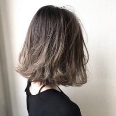アッシュグレージュ ナチュラル グラデーションカラー ウェーブ ヘアスタイルや髪型の写真・画像