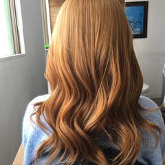ベージュ 巻き髪 ブロンドカラー フェミニン ヘアスタイルや髪型の写真・画像