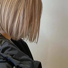 ハイトーンボブ 切りっぱなしボブ ミルクティーベージュ ボブ ヘアスタイルや髪型の写真・画像