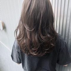 グレージュ 前髪あり エフォートレス 透明感 ヘアスタイルや髪型の写真・画像