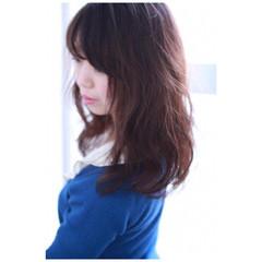セミロング フリンジバング デジタルパーマ ニュアンス ヘアスタイルや髪型の写真・画像