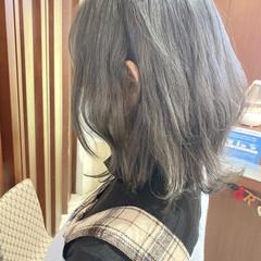 ミディアム アッシュグレー シルバーアッシュ ナチュラル ヘアスタイルや髪型の写真・画像