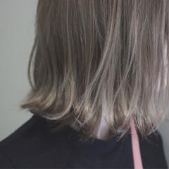 外国人風カラー 外ハネ ハイライト グレージュ ヘアスタイルや髪型の写真・画像