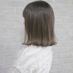 ミルクティー 外ハネ ナチュラル グレージュ ヘアスタイルや髪型の写真・画像