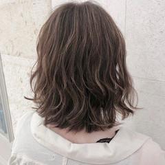 極細ハイライト グレージュ ゆるふわ ミディアム ヘアスタイルや髪型の写真・画像