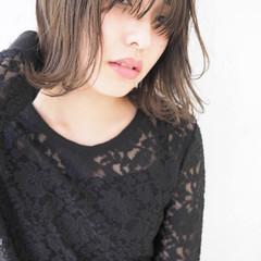 グレージュ ミディアム アッシュ ハイライト ヘアスタイルや髪型の写真・画像