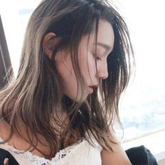 ナチュラル ハイライト 透明感 かき上げ前髪 ヘアスタイルや髪型の写真・画像