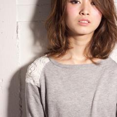 大人女子 レイヤーカット ミディアム 伸ばしかけ ヘアスタイルや髪型の写真・画像