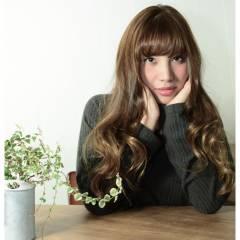 グレージュ デジタルパーマ ロング ナチュラル ヘアスタイルや髪型の写真・画像